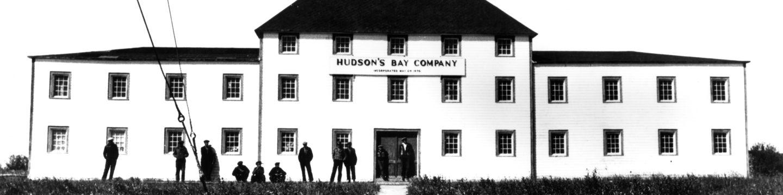 Photo en noir et blanc du bâtiment de la Compagnie de la Baie d'Hudson